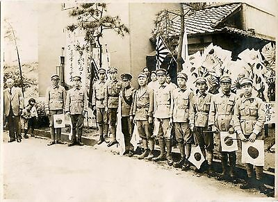 GROUP OF JAPANESE IMPERIAL SOLDIERS POSING FOR THE CAMERA & ORIGINAL 1940s PHOTO