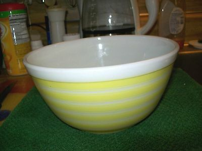 VTG PYREX MIXING BOWL 1 1/2 QT. WHITE AND YELLOW STRIPES  # 402 MADE IN THE USA