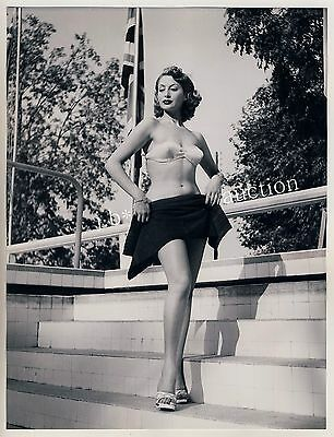 Mode ELEGANT WOMAN PRESENTING NEW BIKINI Fashion * Vintage 50s SEUFERT Photo