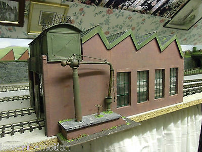 O GAUGE / 7mm  2 ROAD ENGINE SHED WITH NORTHLIGHT ROOF AND WATER TANK/CRANE