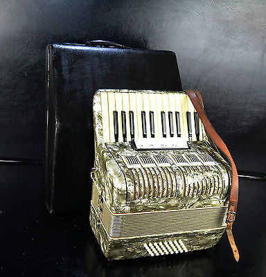 VINTAGE GERMAN TOP PIANO ACCORDION WELTMEISTER 40 BASS, 5 REG.@PETROF Musicstore