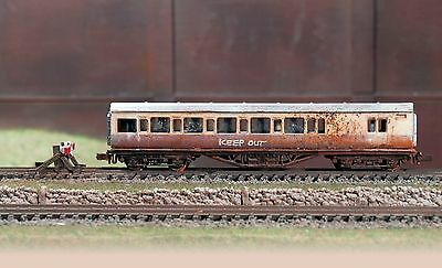 Scrapyard N GAUGE abandoned coach, heavily rusted & weathered ref 3b