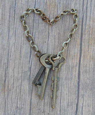 Orig. VINTAGE Brass Small Skeleton Barrel Charming Pendants Art KEYS w Chain