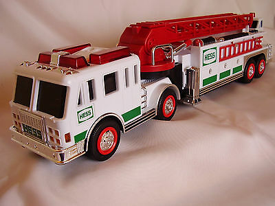 2000 Hess Fire Truck Collectible with working Lights and Sirens !!