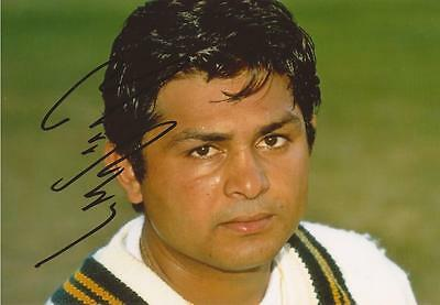 PAKISTAN: MUSHTAQ AHMED SIGNED 6x4 TEST PORTRAIT PHOTO+COA