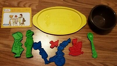 Vintage 1976 Holly Hobbie Home Baked Cookies Booklet 7 Cookie Cutters tray bowl