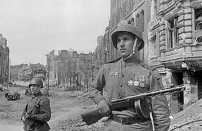 WW2 Photo Picture Red Army soldiers, armed with ubiquitous PPSh Machine Gun 263