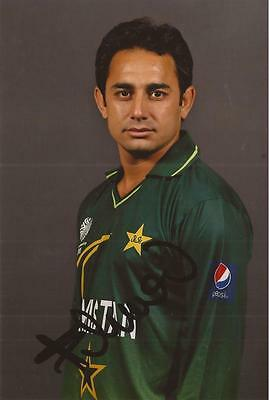 PAKISTAN: SAEED AJMAL SIGNED 6x4 PORTRAIT PHOTO+COA