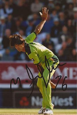 PAKISTAN: MOHAMMAD IRFAN SIGNED 6x4 ODI ACTION PHOTO+COA