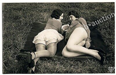 WOMEN w NUDE THIGHS OUTDOOR * Vintage 30s Ostra / BIEDERER Photo PC Lesbian Int