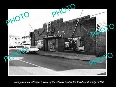 OLD LARGE HISTORIC PHOTO OF INDEPENDENCE MISSOURI, THE FORD CAR DEALERSHIP c1960