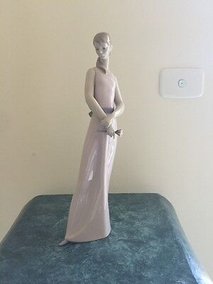 LLADRO FIGURINE The Lady Of The Rose #6857