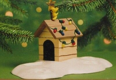 Hallmark Keepsake Ornament Display - A Snoopy Christmas Woodstock Doghouse