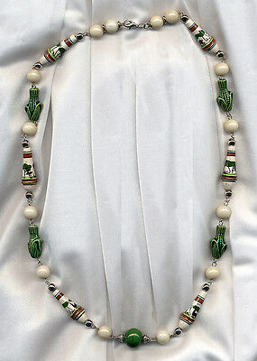 "BEAUTIFUL VINTAGE STYLE GREEN & IVORY PATTERNED CERAMIC NECKLACE 26"" (66cm)"