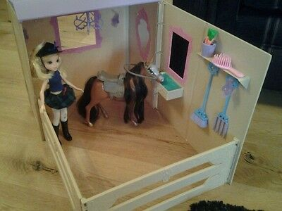 moxie dolls with riding stable and horse