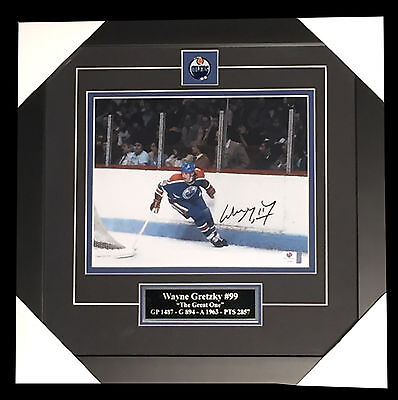 Wayne Gretzky signed 8x10 picture in frame (GV780623)