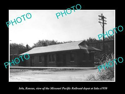 OLD LARGE HISTORIC PHOTO OF IOLA KANSAS, VIEW OF THE RAILROAD DEPOT c1950 1