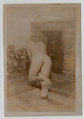 NUDE MAN AT FIREPLACE SHOWS REAR VIEW / MÄNNER PO * Vintage 1920s Photo Gay Int