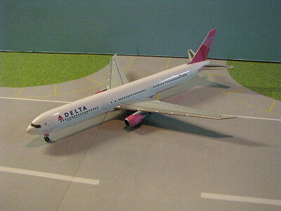 "Herpa Wings Delta 767-400 ""breast Cancer Awareness"" 1:400 Scale Diecast Model"