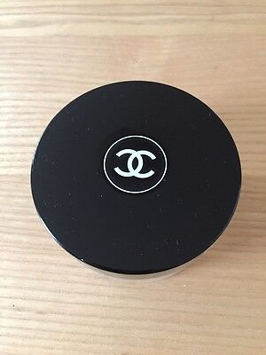 CHANEL Behälter mit CHANEL Puderpad