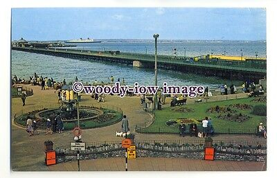 LS0458 - Cunard Liner - Queen Elizabeth off Ryde Pier Isle of Wight - postcard
