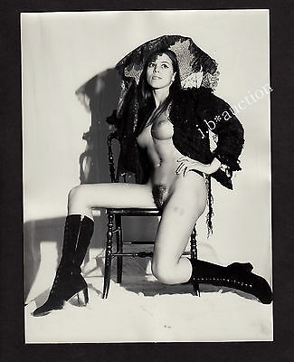 NUDE WOMAN PRESENTING FREAKY FASHION ! SCHRÄGE NACKTE MODE * Large 60s Photo #2