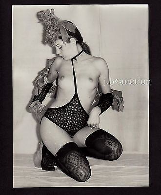 NUDE WOMAN PRESENTING FREAKY FASHION ! SCHRÄGE NACKTE MODE * Large 60s Photo #4