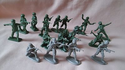 VINTAGE 1970,s SET OF 19 PLASTIC SOLDIERS MADE IN AND MARKED HONG KONG IN VGC.