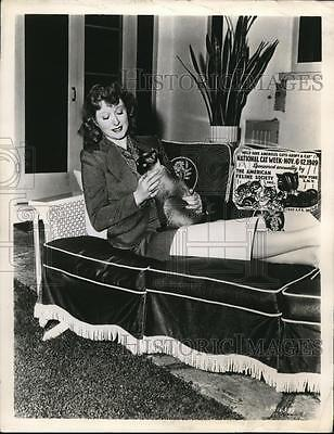 1949 Press Photo Group Carson MGM star champion of cats, National Cat Week