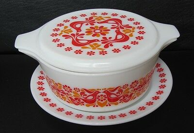 Vintage Pyrex Penn Dutch Friendship covered bowl 475-B w/underplate