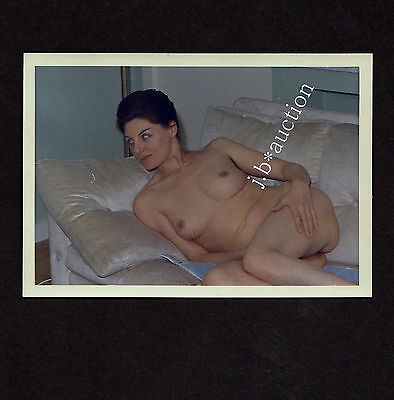 NATURAL NUDE WOMAN ON SOFA / NACKTE FRAU ZU HAUSE * Vintage 60s Amateur Snapshot