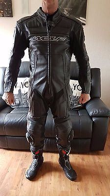 Wolf Titanium 1 piece race leathers with hump Uk 44 EU 54