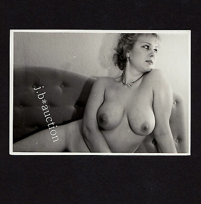 BUSTY NUDE WOMAN RECLING / VOLLBUSIGE NACKTE AUF SOFA * Vintage 80s Risque Photo