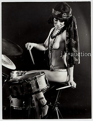 "France NUDE DRUMMER WOMAN / NACKTE SCHLAGZEUGERIN Music * Vintage 60s Photo ""L"""