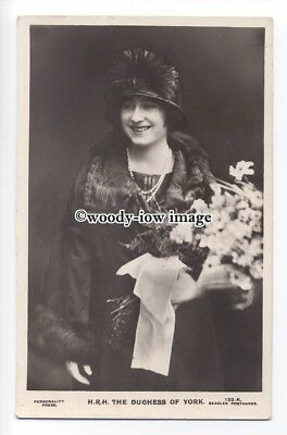 r1262 - The Duchess of York - ( Elizabeth Bowes-Lyon ) with bouquet - postcard