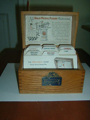Vintage 1930's Wood Dovetailed  Betty Crocker Recipe Box w/ Original File Cards