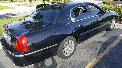 2009 Lincoln Town Car  Black leather interior and black exterior