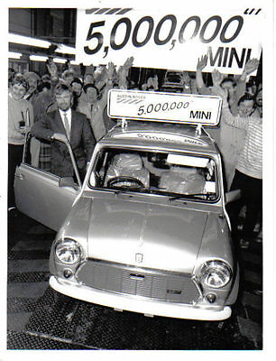 Austin Mini Piccadilly 5 Millionth Mini + Noel Edmonds original b/w Press Photo