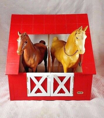 Breyer Two Stall Wood Stable w/Woodgrain Breyer Horse & Palamino w/Reigns