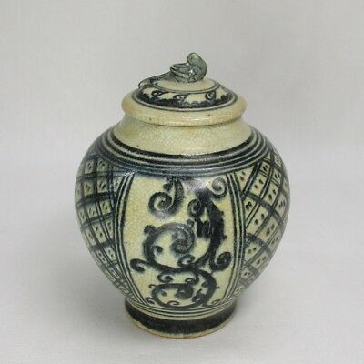 H531: Southeast Asian blue-and-white porcelain covered vase called SUNKOROKU