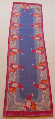 Swedish Xmas: Linnevaveriet i Horred Ekelunds lovely woven runner with santas
