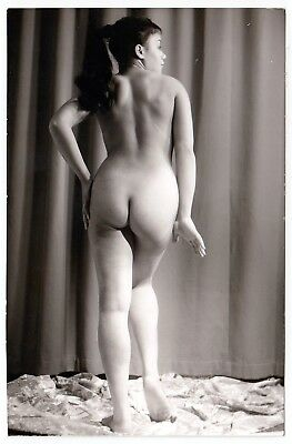 NUDE WOMAN'S BACKSIDE / NACKTE FRAU ZEIGT PO * Vintage 70s Risque Photo PC