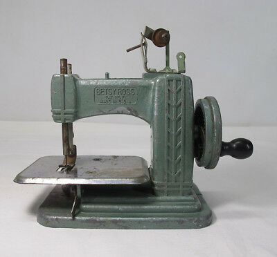 Vintage 1940's Miniature Betsy Ross Childs Toy Hand Crank Sewing Machine #1 yqz