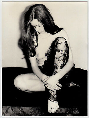 "LONGHAIR NUDE BEAUTY SHOWS FOOT SCHÖNE NACKTE ZEIGT FUSS * Vintage 60s Photo ""L"""