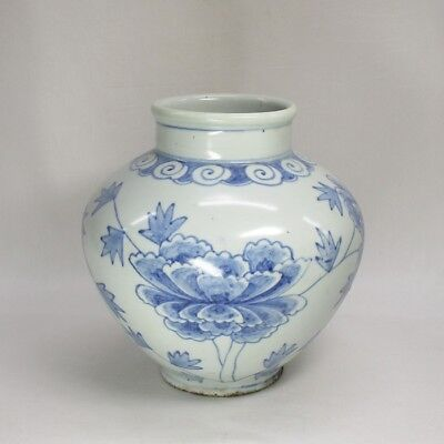 D204: Korean Joseon-Dynasty style blue-and-white porcelain vase with good tone