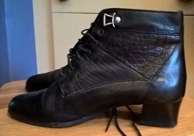 Victorian Christmas,woman's/girl's Clarks leather boots,sz 3,excellent condition