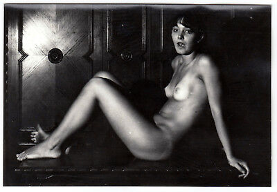 AMAZED NUDE WOMAN w TANLINES n DIRTY FOOT / ERSTAUNTE NACKTE * Vintage 60s Photo