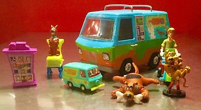 Hanna-Barbera Scooby Doo Mystery Machine with 7 Shaggy & Scooby Doo Figures!