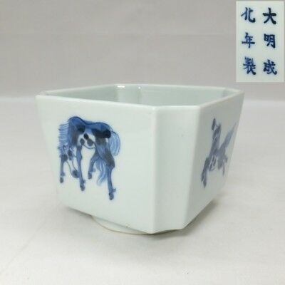E947: Chinese blue-and-white porcelain Incense holder with horse pattern