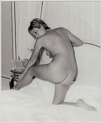 SHORTHAIRED NUDE WOMAN AT HOTEL BED / NACKTE IM HOTELBETT * Large 60s Photo